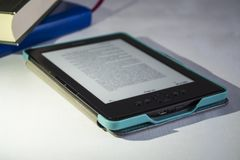 Attrezzatura portatile moderna Il testo stampato inglese I libri pubblicati ed il libro elettronico fotografia stock
