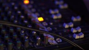 Attrezzatura professionale del DJ per la mescolanza e la musica record sul partito di ballo in night-club Chiuda su audio attrezz stock footage