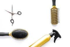 Attrezzatura professionale del parrucchiere sul copyspace bianco di vista superiore del fondo Fotografia Stock