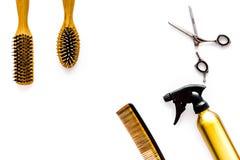 Attrezzatura professionale del parrucchiere sul copyspace bianco di vista superiore del fondo Immagini Stock Libere da Diritti