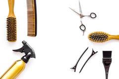 Attrezzatura professionale del parrucchiere sul copyspace bianco di vista superiore del fondo Immagini Stock