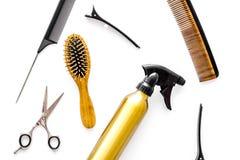 Attrezzatura professionale del parrucchiere sulla vista superiore del fondo bianco Fotografia Stock
