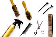 Attrezzatura professionale del parrucchiere sulla vista superiore del fondo bianco Fotografie Stock