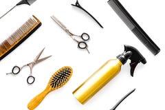 Attrezzatura professionale del parrucchiere sulla vista superiore del fondo bianco Fotografia Stock Libera da Diritti