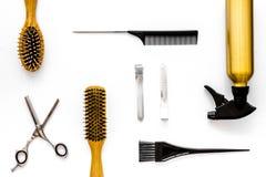 Attrezzatura professionale del parrucchiere sulla vista superiore del fondo bianco Immagini Stock