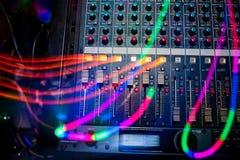 Attrezzatura professionale di musica per creare e mescolare musica con i livelli del volume e il tvolume di primo piano di musica Immagini Stock Libere da Diritti