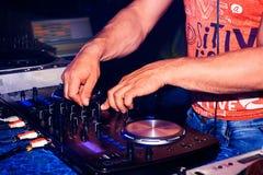 Attrezzatura professionale di musica per musica di controllo e di gioco in night-club con le mani DJ Fotografia Stock Libera da Diritti
