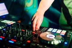 Attrezzatura professionale di musica per musica mescolantesi in night-club con la mano del DJ Fotografia Stock