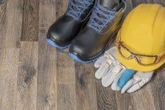 Attrezzatura protettiva obbligatoria per i lavori con il rischio aumentato di lesione immagine stock
