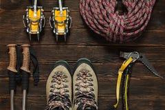 Attrezzatura rampicante: corda rossa, ramponi, strumenti del ghiaccio, scarpa di trekking Fotografie Stock
