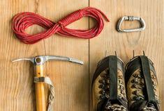 Attrezzatura rampicante: rope, scarpe di trekking, gli strumenti del ghiaccio, l'ascia di ghiaccio, i ramponi, carabina su fondo  Fotografie Stock