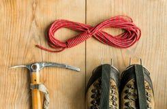 Attrezzatura rampicante: rope, scarpe di trekking, gli strumenti del ghiaccio, l'ascia di ghiaccio, ramponi su fondo di legno, vi Immagine Stock Libera da Diritti