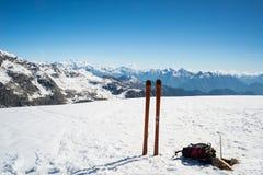 Attrezzatura sulla sommità, catena montuosa maestosa di giro dello sci Fotografia Stock