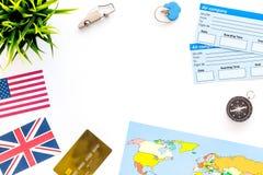 Attrezzatura turistica, bandiere, mappa, biglietti per il viaggio sulla derisione bianca di vista superiore del fondo su Immagini Stock