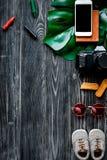 Attrezzatura turistica con il cellulare per il viaggio con il modello di legno scuro di vista superiore del fondo dei bambini Fotografia Stock