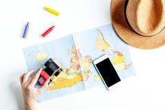 Attrezzatura turistica con la mappa e cellulare per il viaggio con i bambini su derisione bianca di vista superiore del fondo su Immagini Stock Libere da Diritti