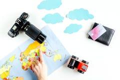 Attrezzatura turistica con la mappa e macchina fotografica per il viaggio con i bambini su derisione bianca di vista superiore de Immagini Stock Libere da Diritti