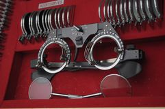 Attrezzatura in un ufficio di optomitrists per analizzare gli occhi compreso un phoropter immagine stock