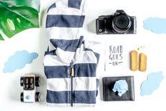 Attrezzatura, vestiti e macchina fotografica turistici per il viaggio con la vista superiore del fondo bianco dei bambini Immagini Stock Libere da Diritti