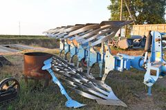 Attrezzature agricole parcheggiate aratro rotatorio Fotografia Stock Libera da Diritti