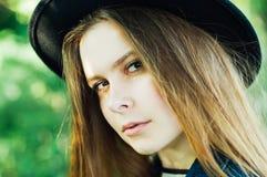 Attrezzature alla moda del bohemian della molla Bella giovane donna con lungamente fotografie stock