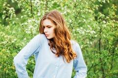 Attrezzature alla moda del bohemian della molla Bella giovane donna con lungamente immagini stock libere da diritti