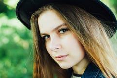 Attrezzature alla moda del bohemian della molla Bella giovane donna con lungamente fotografia stock