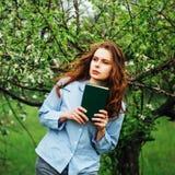 Attrezzature alla moda del bohemian della molla Bella giovane donna con lungamente fotografie stock libere da diritti