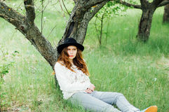 Attrezzature alla moda del bohemian della molla Uso un maglione e del bla bianchi fotografie stock