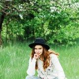 Attrezzature alla moda del bohemian della molla Uso un maglione e del bla bianchi fotografie stock libere da diritti