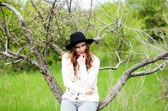 Attrezzature alla moda del bohemian della molla Uso un maglione e del bla bianchi fotografia stock