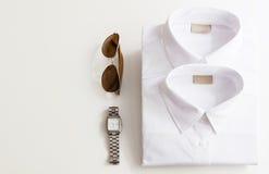 Attrezzature casuali con gli accessori su fondo bianco fotografia stock libera da diritti