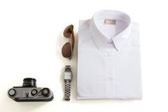 Attrezzature casuali con gli accessori su fondo bianco fotografia stock