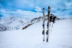 Attrezzature dello sci sul pendio della neve Fotografie Stock