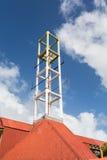 Attrezzature di comunicazione su un vecchio tetto di mattonelle Fotografia Stock