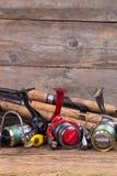 Attrezzature di pesca sul bordo del legname Fotografia Stock