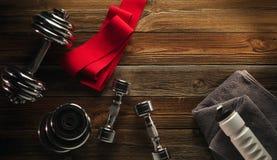 Attrezzature e supplementi di forma fisica di vista superiore sul pavimento di legno in GY Fotografia Stock Libera da Diritti