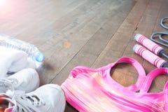 Attrezzature ed accessori di forma fisica sul pavimento di legno, concetto di allenamento Fotografie Stock Libere da Diritti