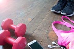 Attrezzature ed accessori di forma fisica sul pavimento di legno, concetto di allenamento Fotografia Stock Libera da Diritti