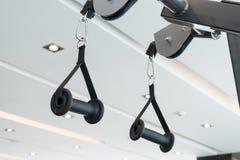 Attrezzature o macchine della palestra alla stanza della palestra per l'allenamento Fotografia Stock Libera da Diritti