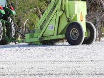 Attrezzature per la pulizia dalla spiaggia che prendono detriti su una spiaggia di Florida stock footage