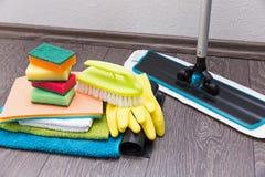 attrezzature per la pulizia ed accessori dalla casa sul pavimento Fotografia Stock Libera da Diritti