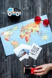 Attrezzature turistiche con la mappa e foto per il viaggio con i bambini sulla vista superiore del fondo scuro Immagine Stock