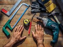 Attrezzi del ` s del carpentiere su una tavola di legno professione, carpent immagini stock
