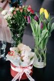 Attrezzi ed accessori del fiorista, taglienti le rose fresche per la BO Fotografia Stock