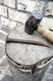 Attrezzi - grande martello con un grande chiodo Immagini Stock