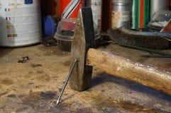 Attrezzi - martello con un chiodo Immagini Stock Libere da Diritti