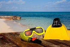 Attrezzo navigante usando una presa d'aria sulla spiaggia Fotografie Stock