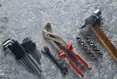 Attrezzo su un fondo concreto grigio Chiavi, un martello, chiavi di sfortuna Vista superiore, spazio della copia Fotografia Stock Libera da Diritti