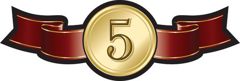 Attribuez à or de décoration l'insigne brillant sur le ruban rouge élégant Images stock